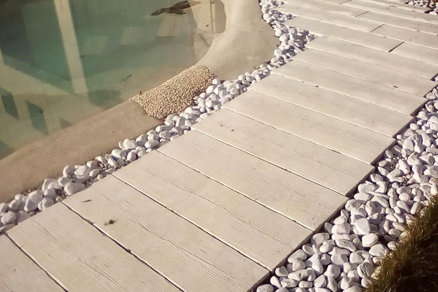 Pavimentazioni per piscina in cemento effetto legno